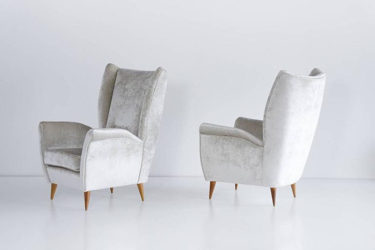 Gio Ponti Pair of High Back Armchairs in Silver Gray Velvet In Excellent Condition For Sale In The Hague, NL