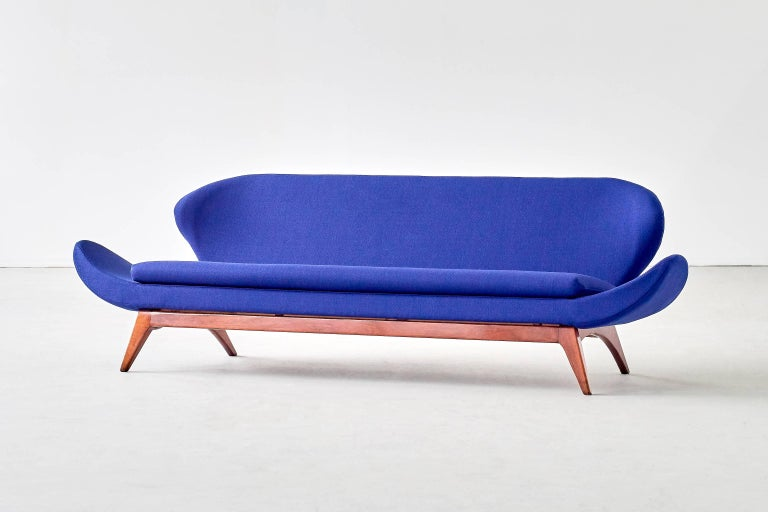 This rare sofa was designed by Luigi Tiengo and produced by the Canadian manufacturer Cimon in 1963. The sculptural shape of the elongated arms, the winged back and the slightly inclined position of the seat give the sofa a seemingly floating