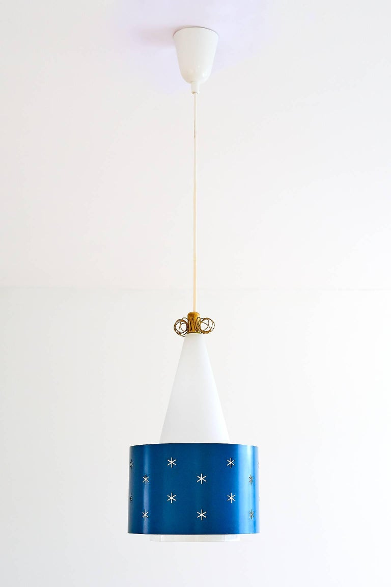A rare blue pendant designed by Paavo Tynell and produced by Idman in 1955. The model number is K2-10/ N-9241. The conical shade is made of a white and slightly gloss glass, resulting in a soft and diffused light. The blue painted metal ring appears
