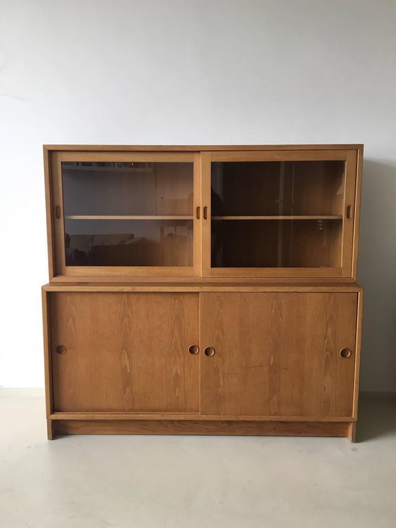 oak cabinet resund with vitrine by b rge mogensen for. Black Bedroom Furniture Sets. Home Design Ideas