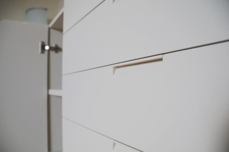 Italian Modern Sideboard Ivory Lacquer with drawers and side door For Sale 2