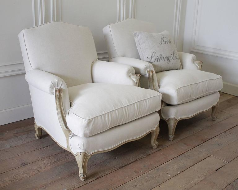 Exceptionnel Pair Of French Louis XV Style Linen Upholstered Club Chairs In Good  Condition For Sale In