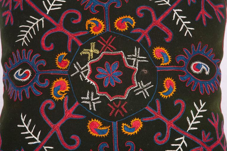 The pillow is made out of early 20th century Kyrgyz textile. It does not come with an insert but it comes with a bag made to the size and out of cotton to accommodate the filling. The backing is made of linen. Please note 'filling is not provided'.