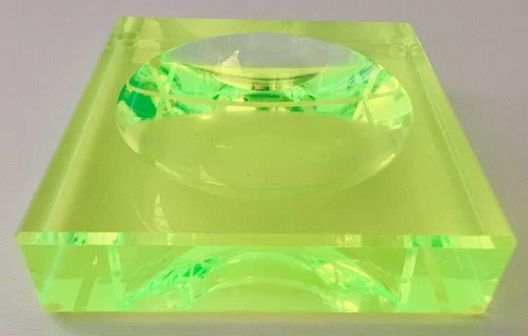 Modern Lucite Optic Square & Round Green Bowl By, Alexendra Von Furstenberg In Excellent Condition For Sale In West Palm Beach, FL