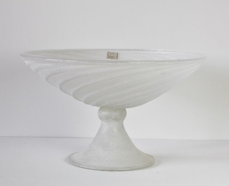 Seguso Vetri d'Arte white 'a Scavo' centrepiece bowl circa 1980s. Karl Springer designed many pieces for Seguso in the 1980s. Typically, these pieces were either white, black or brown/amber glass using the 'a Scavo' technique and of a large,
