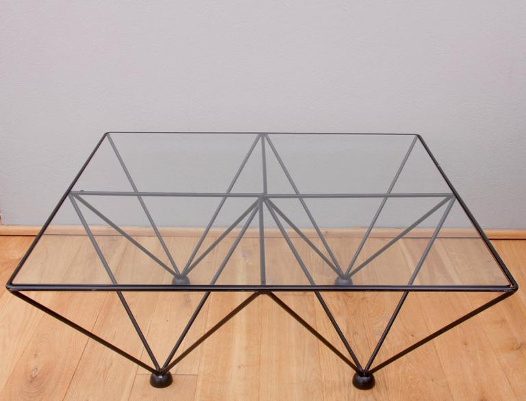A modernist and minimalist coffee table in the style of Paolo Piva's 'Alanda' table, which was first manufactured by the Italian design company B&B Italia in 1982. The design is simply fantastic the rounded edged clear glass tabletop sits within the