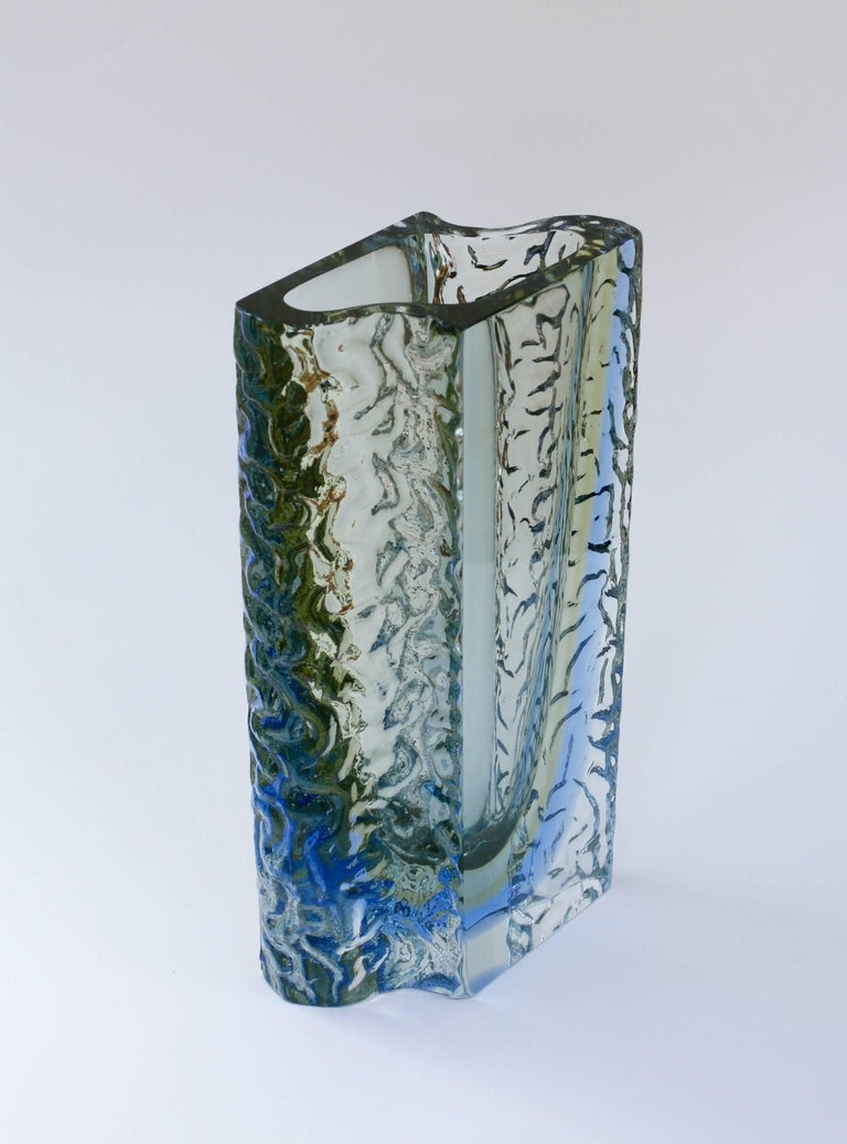 Large Textured Murano 'Sommerso' Blue Ice Glass Vase Attributed to Mandruzzato In Good Condition For Sale In Landau an der Isar, Bayern