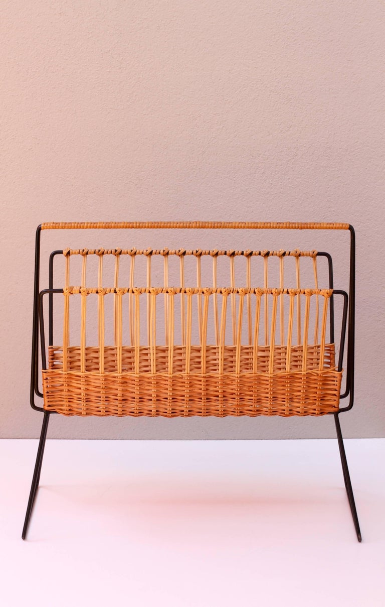 Mid-Century Modernist Wicker Magazine Rack Stand Attributed to Carl Auböck In Good Condition For Sale In Landau an der Isar, Bayern