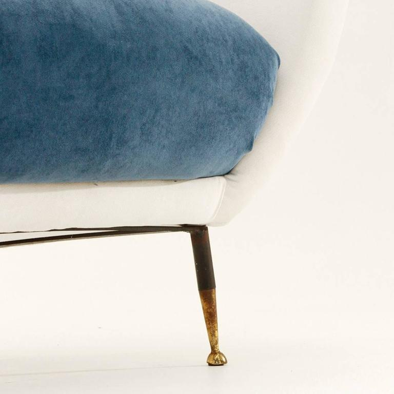 Italian Mid-Century White and Blue Velvet Armchair For Sale 2