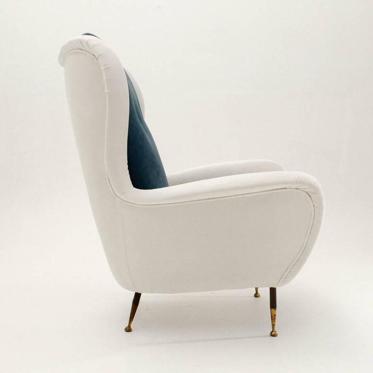 Italian Mid-Century White and Blue Velvet Armchair In Good Condition For Sale In Savona, IT