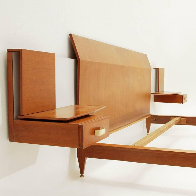 Modernist Bed with Nightstand in Teak by Galleria Mobili d'Arte of Cantù, 1950s In Good Condition For Sale In Savona, IT