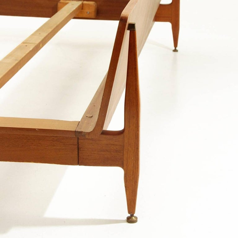 Modernist Bed with Nightstand in Teak by Galleria Mobili d'Arte of Cantù, 1950s For Sale 2