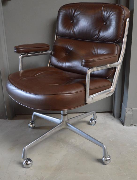 Charmant American Set Of Four Vintage Brown Leather Eames Time Life Chairs For Sale