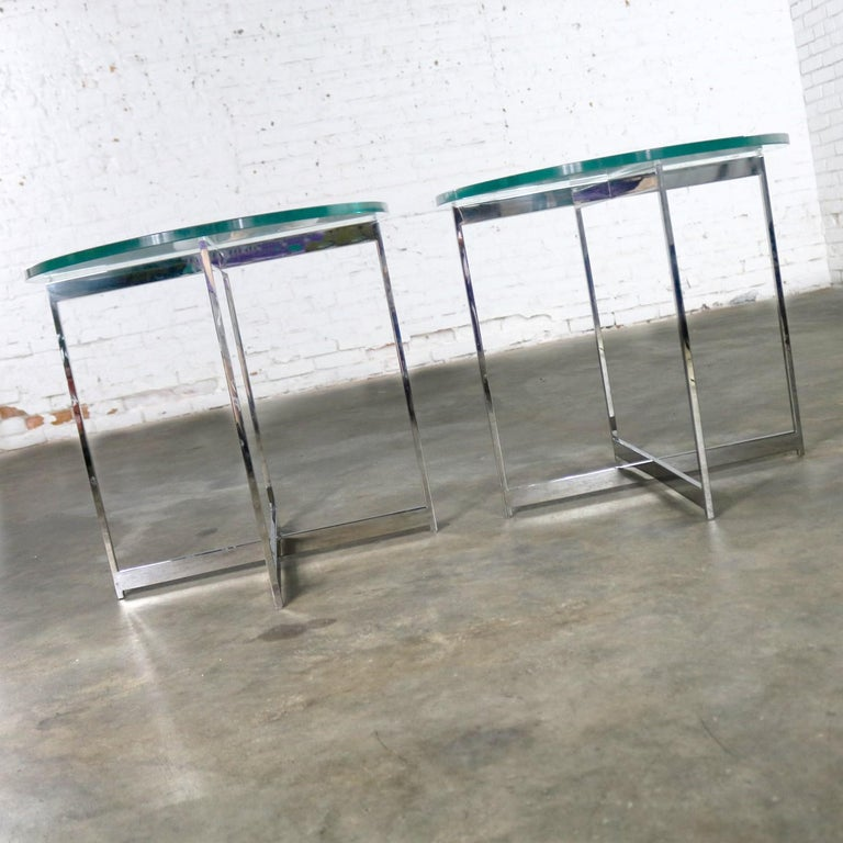 Mid-Century Modern Pair of Chrome X-Base Round Glass Top Side Tables after Mies van der Rohe For Sale
