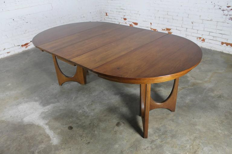 Mid-Century Modern Broyhill Brasilia 6140-1645 Round Pedestal Base Dining Table In Good Condition In Topeka, KS