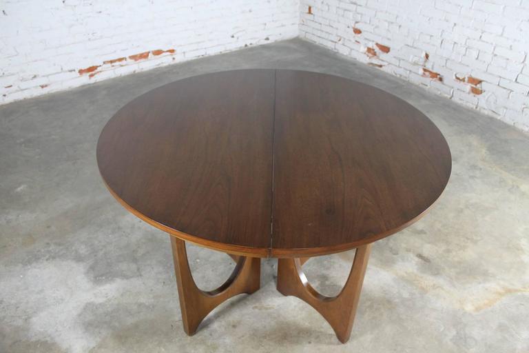 Walnut Mid-Century Modern Broyhill Brasilia 6140-1645 Round Pedestal Base Dining Table