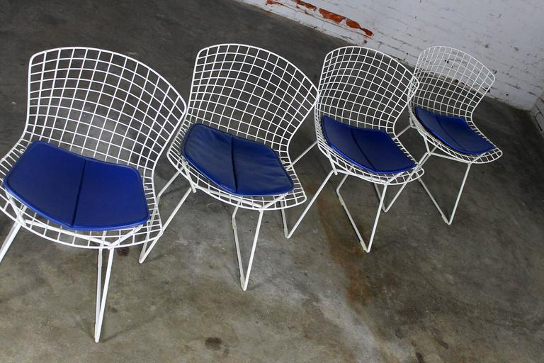 Four Mid Century Modern Bertoia White Wire Side Chairs In Good Condition  For Sale In