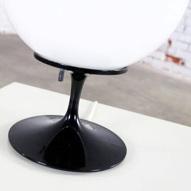 Bill Curry Stemlite Tulip Base Table Lamp for Design Line Egg Shaped White Globe In Good Condition For Sale In Topeka, KS