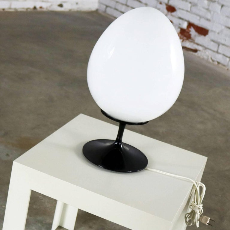 American Bill Curry Stemlite Tulip Base Table Lamp for Design Line Egg Shaped White Globe For Sale