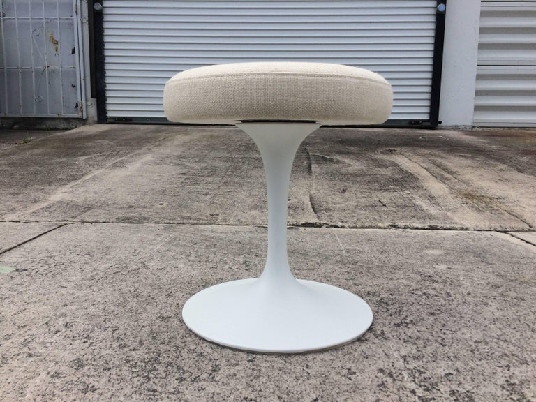 Mid-Century Modern Eero Saarinen Tulip Swivel Stool for Knoll For Sale