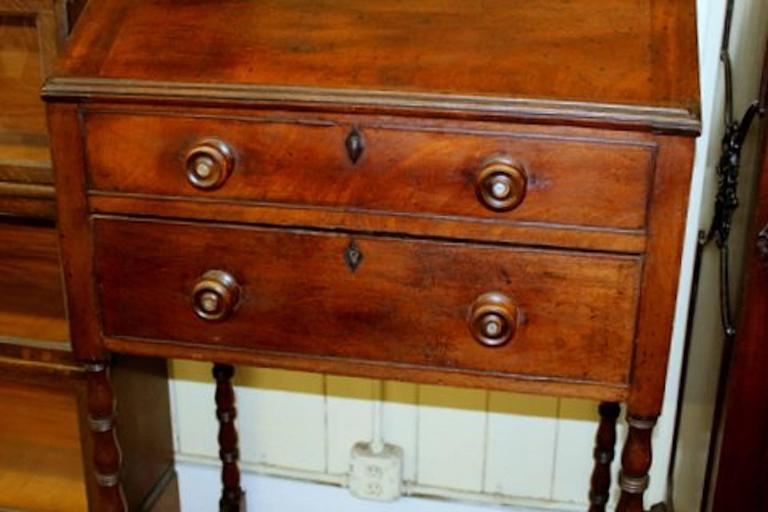 Antique English early to mid-19th century Sheraton style mahogany Clerk's desk or standing desk with fitted interior and satinwood drawers having original turned ebony round pulls (some a/f). Exterior base with original antique mahogany