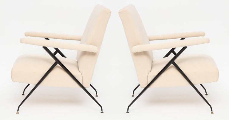 Mid-Century Modern Enameled Pair of White Metal Leg Reclining Chairs, Italy, 1950s For Sale