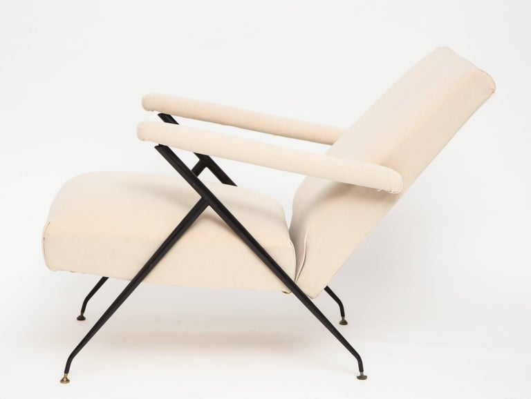 Italian Enameled Pair of White Metal Leg Reclining Chairs, Italy, 1950s For Sale