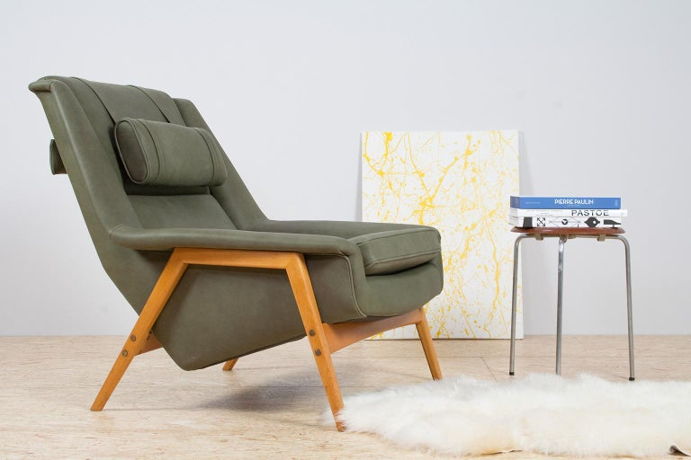 Folke Ohlsson for Fritz Hansen, lounge chair, completely restored and re-upholstered in olive green anilin leather on a beech frame, Denmark 1950s-1960s. This high quality high back lounge chair is made to reach an ultimate level of the Scandinavian