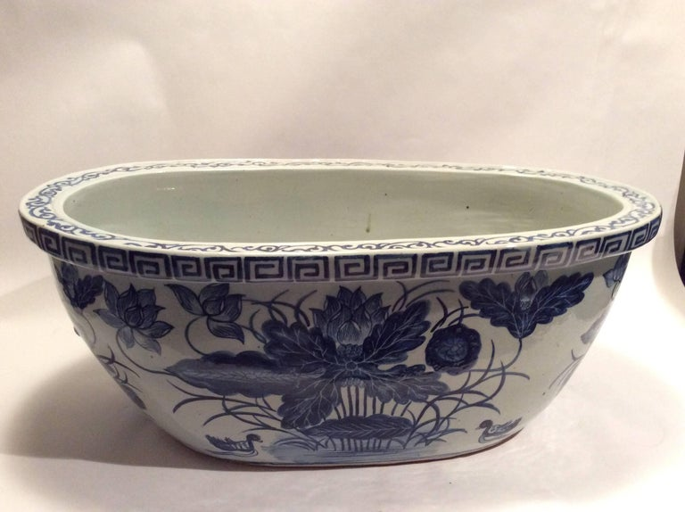 Hand-Painted Large Qing Dynasty Footbath Blue and White Vessel For Sale