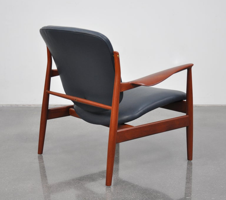 Mid-20th Century Finn Juhl FD 136 Teak and Navy Blue Leather Lounge Chair For Sale