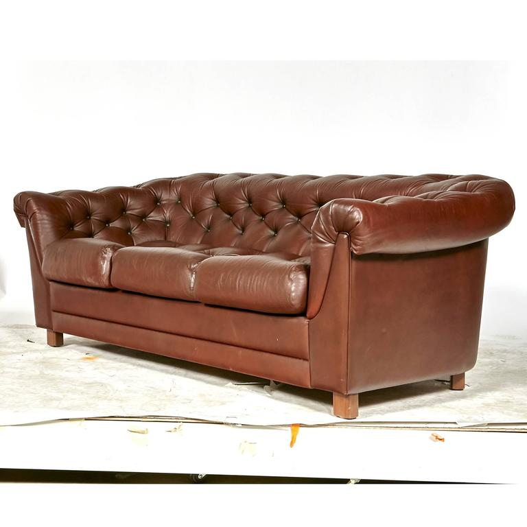 Brown Leather Chesterfield Sofa In Excellent Condition For Sale In Amherst, NH
