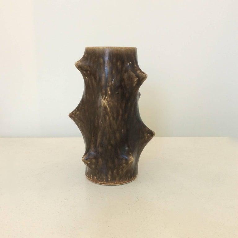 Knud Basse 'thorn' vase, for Michael Andersen and Son Ceramic, circa 1960, Denmark. Brown glazed ceramic. Dimensions: 18 cm height, diameter 12 cm.