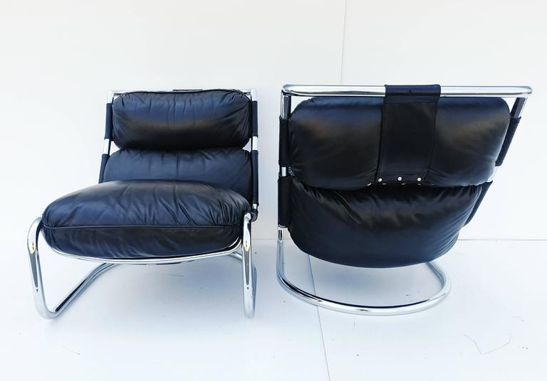 Very nice pair of Italian lounge chair of the 1970s, very high quality manufacturing, with a very soft leather, the whole really very comfortable. In perfect vintage condition. This pair of armchair has a very pure design, manufacture of very high