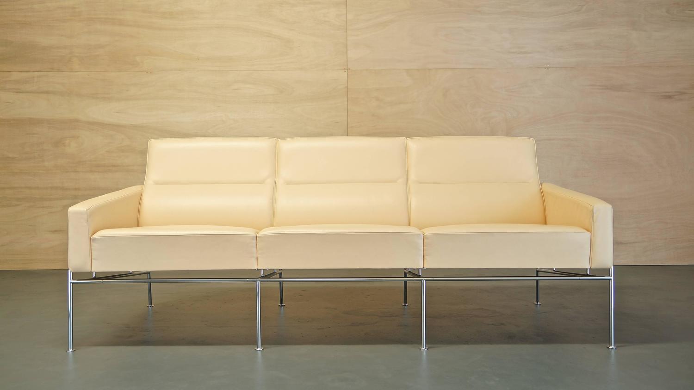 danish vintage arne jacobsen series 3303 leather sofa by fritz hansen for sale at 1stdibs. Black Bedroom Furniture Sets. Home Design Ideas
