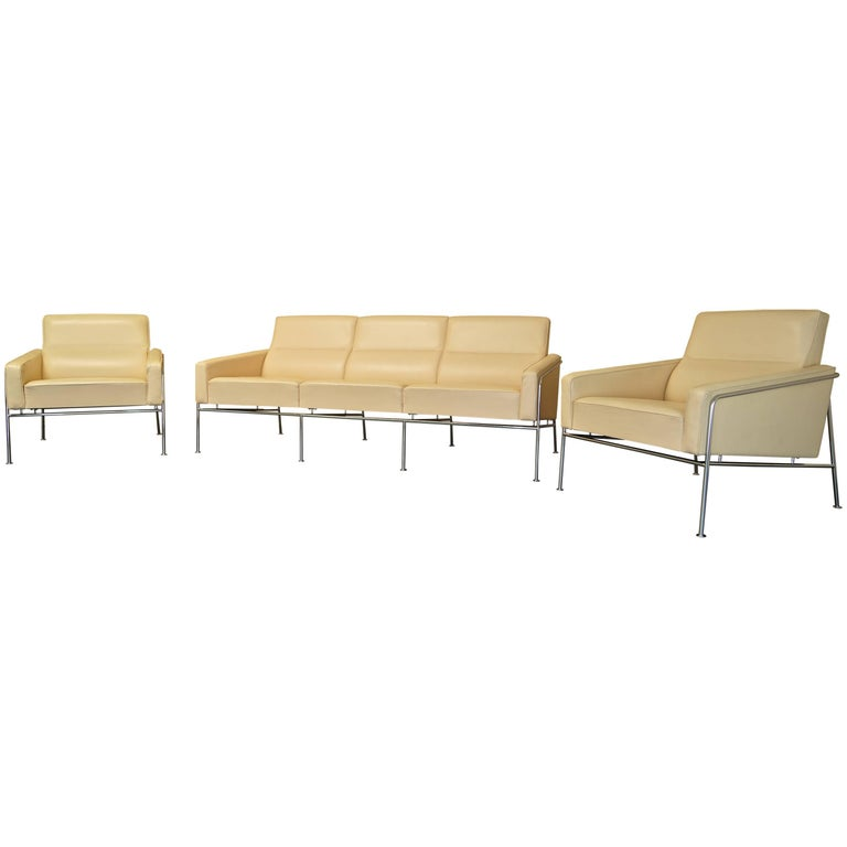 Arne Jacobsen 3300 Lounge Suite Three-Seat Sofa & Pair of Leather Lounge Chairs For Sale