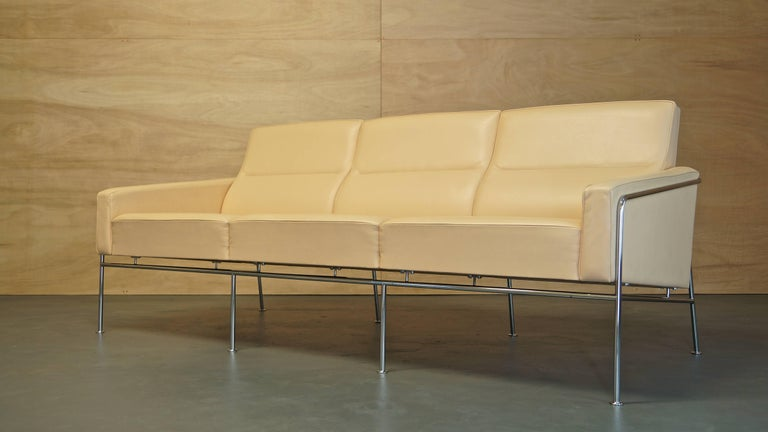Mid-Century Modern Arne Jacobsen 3300 Lounge Suite Three-Seat Sofa & Pair of Leather Lounge Chairs For Sale