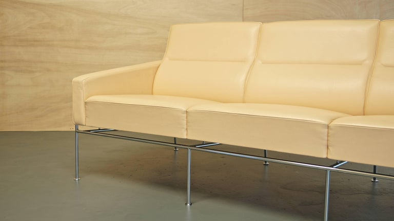 Mid-20th Century Arne Jacobsen 3300 Lounge Suite Three-Seat Sofa & Pair of Leather Lounge Chairs For Sale