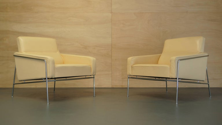 Steel Arne Jacobsen 3300 Lounge Suite Three-Seat Sofa & Pair of Leather Lounge Chairs For Sale