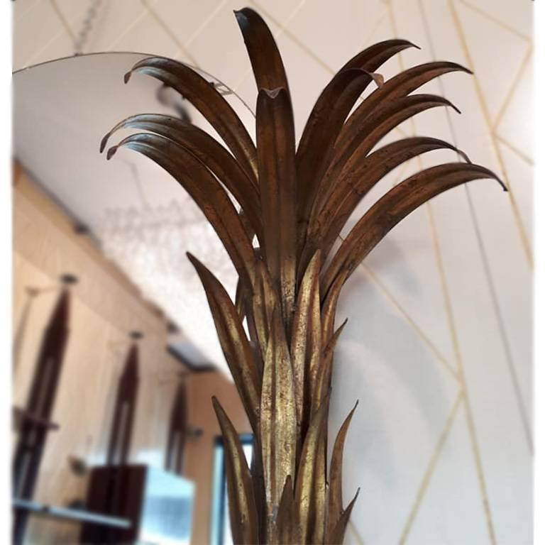 Very decorative couple of mirrors, with a very fine palm tree shape; the mirrors are from the Maison Jansen, from the 1960 in France and the palms are in metal painted gold. The dimensions are 136 cm per 105 cm and the maximum depth is 22 cm.