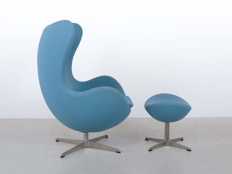 blue arne jacobsen egg chair and ottoman by fritz hansen at 1stdibs. Black Bedroom Furniture Sets. Home Design Ideas