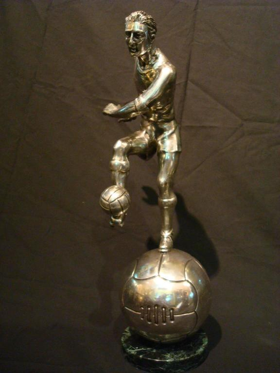 Football / Soccer Trophy Player Italian Bronze Sculpture, 1930s In Good Condition For Sale In Buenos Aires, Olivos