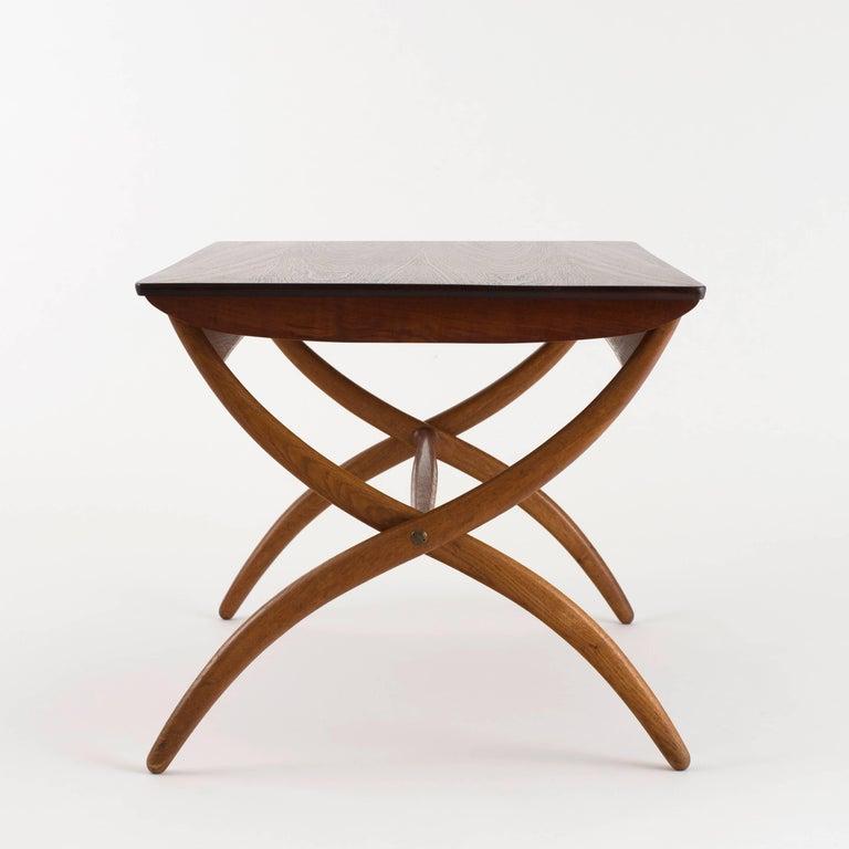 Ole Wanscher coffee table in oak and top of teak. Height adjustable. Executed by Rud. Rasmussen.  Reverse with manufacturer's paper label RUD. RASMUSSEN/SNEDKERIER/45 NØRREBROGADE/KØBENHAVN.