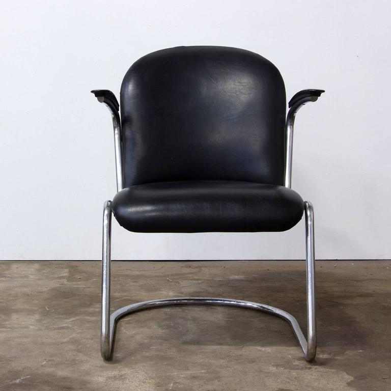 1935, W.H. Gispen, by Gispen Culemborg, 413 Easy Chair in Original Black Vinyl In Good Condition For Sale In Amsterdam, North Holland
