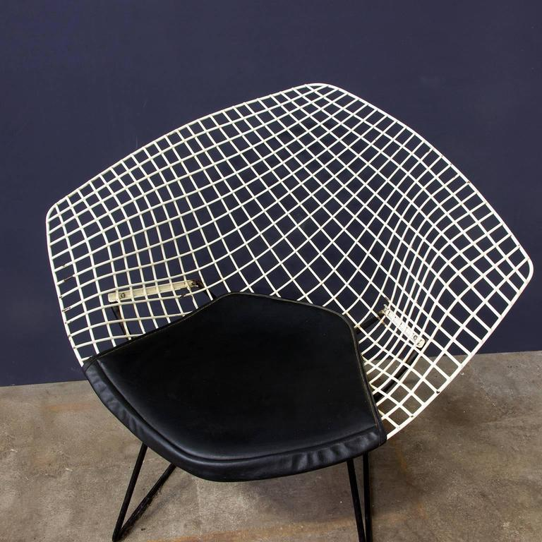 1952 harrie bertoia diamond chair 421 black and white with black vinyl cushion for sale at. Black Bedroom Furniture Sets. Home Design Ideas