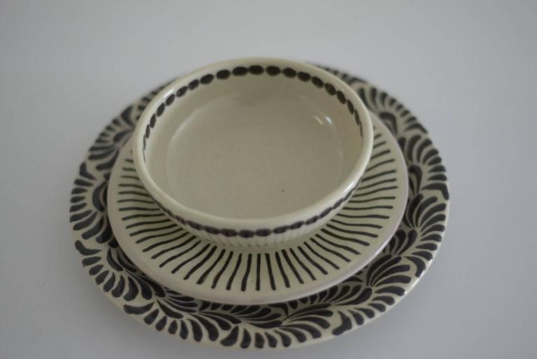 This dinnerware has four different designs which can be combined between them.