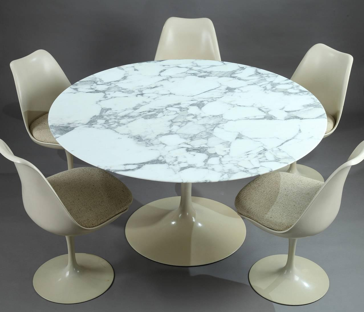 Tulip dining table and set of five tulip seats by eero - Table ronde et 4 chaises ...