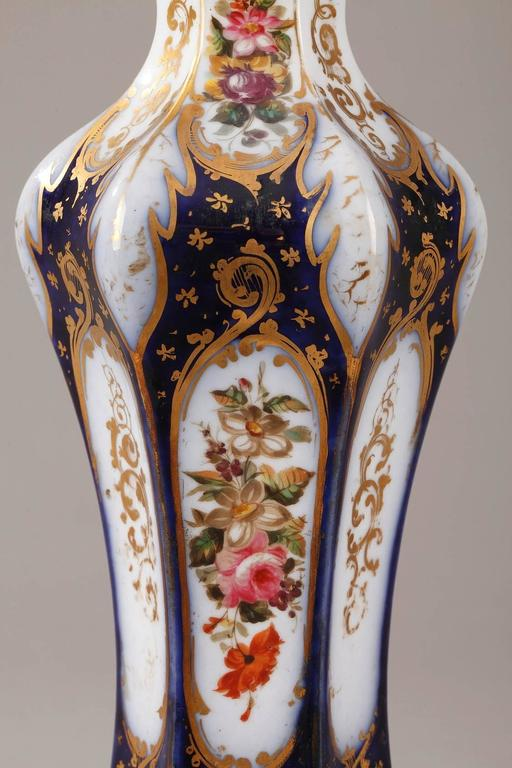 Pair of Napoleon III Porcelain Vases In Good Condition For Sale In Paris, FR