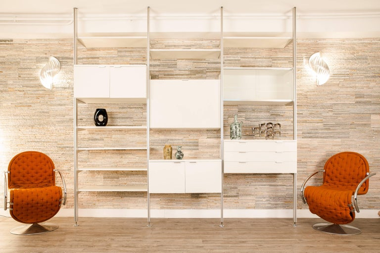 CSS white lacquered wood and stainless steel modular wall unit designed by George Nelson in 1957 and edited by Herman Miller between 1959 and 1973. Manufactured by Mobilier International. It is composed of four vertical ladders, seven shelves and