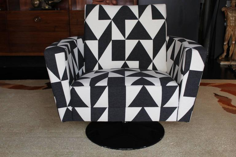 Pair of 1970s swivel armchairs, coated with an optical black white cotton and wool fabric, base in black shiny metal.