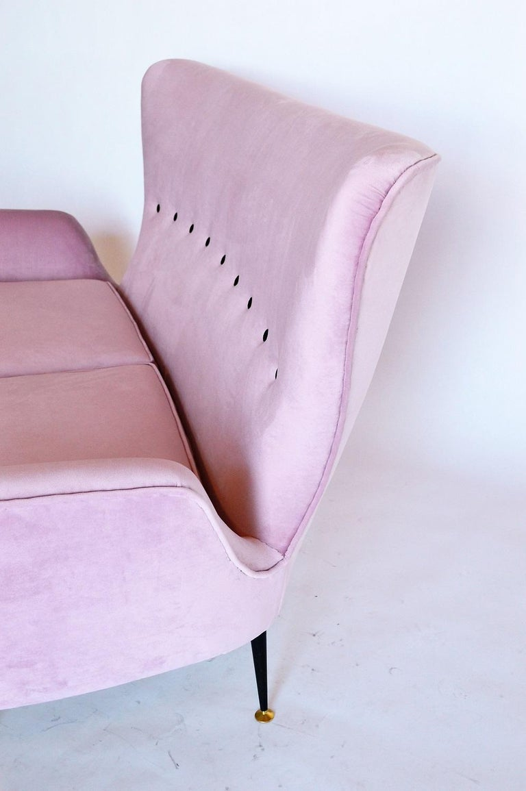 Mid-20th Century Italian Midcentury Settee or Loveseat Restored in Lilac Pink Velvet, 1950s For Sale